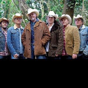 Los Pacaminos featuring Paul Young